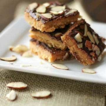 These Easy Toffee Almond Bar are simple shortbread bars with a light toffee flavor topped with chocolate and almonds! | Recipe at MealPlanningMagic.com